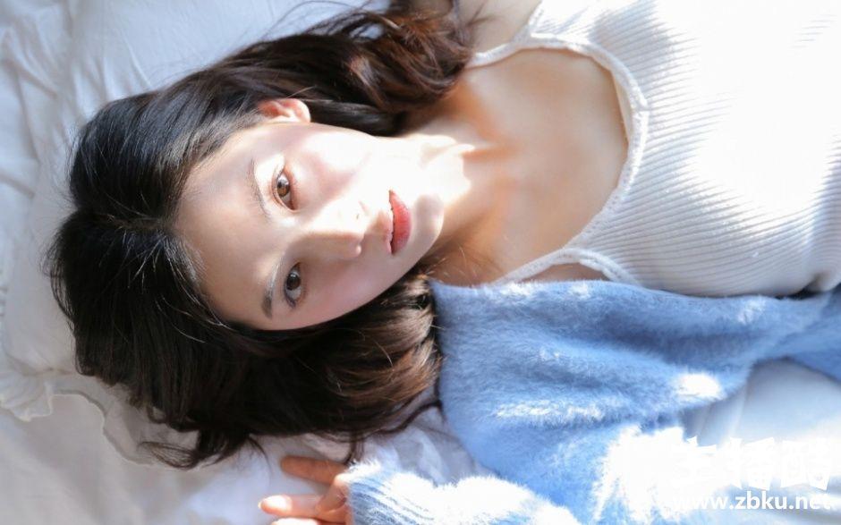梦寐以求女神吊带香肩床上粉嫩诱人
