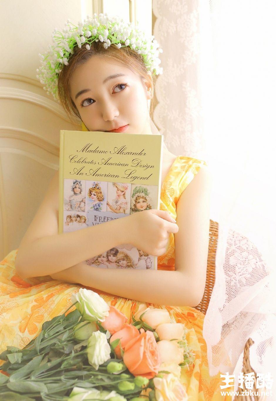 头戴花环美女皮肤水嫩黄色连衣裙露牛奶肌斜眼沉思图片